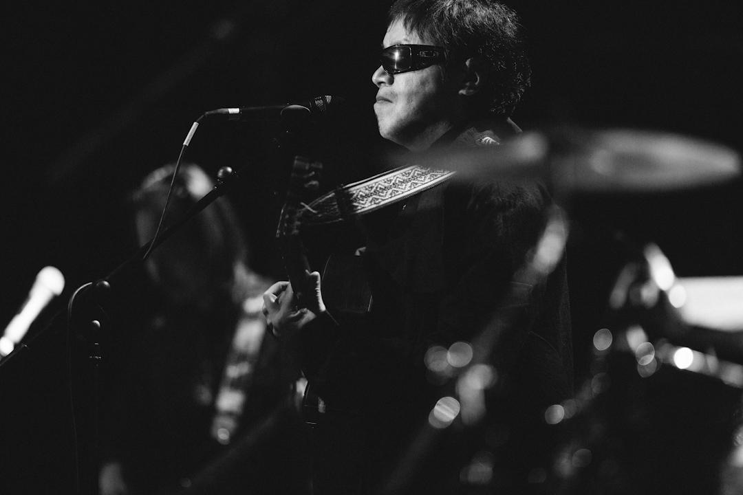 周雲蓬是中國民謠音樂代表。9歲時失明,15歲彈吉他,19歲上大學,21歲寫詩,24歲開始隨處漂泊。周雲蓬的詩歌《不會說話的愛情》獲得2011年度人民文學獎詩歌獎。 攝:林振東/端傳媒