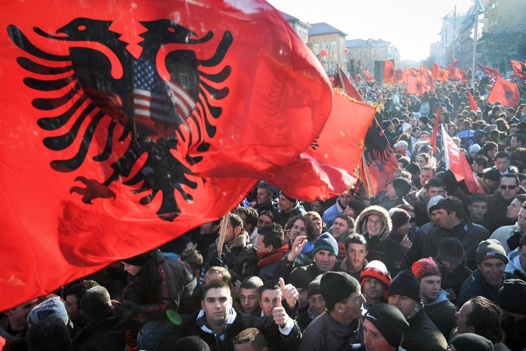 2008年12月17日,科索沃民眾到首都普里什蒂納市中心慶祝脫離塞爾維亞獨立建國,有參與者揮動科索沃旗幟。