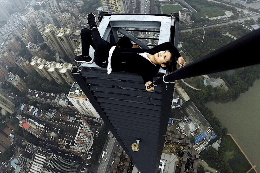 被譽為「高空極限運動第一人」、26歲的吳永寧上月挑戰湖南長沙某高樓失敗,墮樓身亡,引起社會關注。圖為2017年9月吳永寧挑戰高樓拍下的照片。 網上圖片