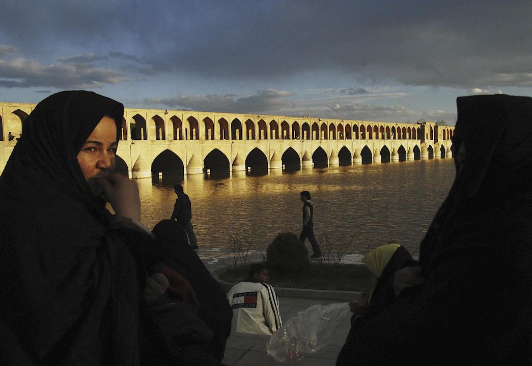 伊斯法罕的札因代河(Zayandeh River)上,有11座美麗的橋樑橫跨在其中,圖為其中最為著名的三十三孔橋(Si-o-se Pol)。 攝:Majid Saeedi/Getty Images