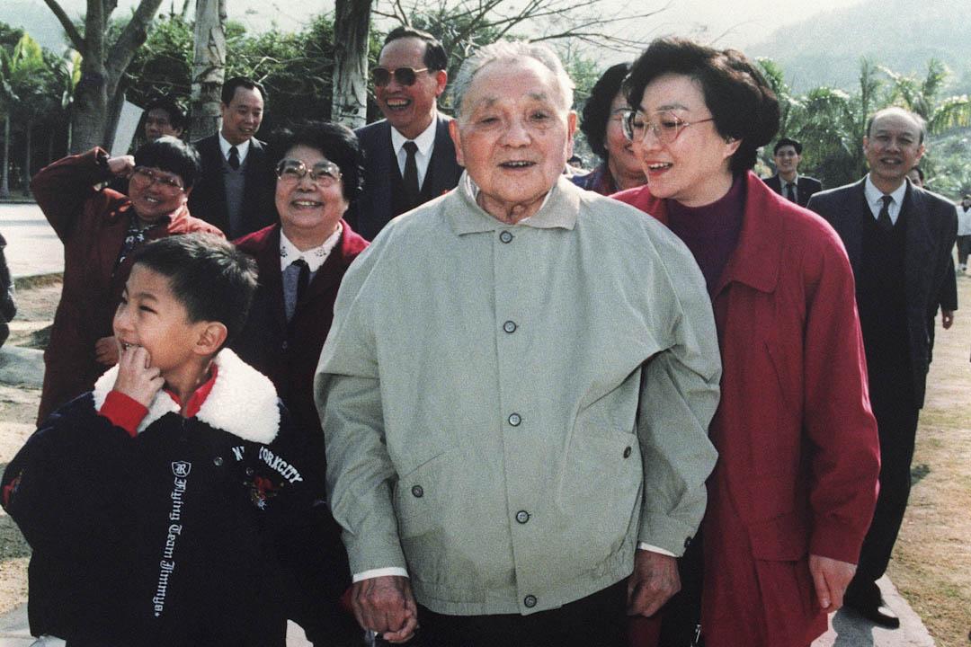 鄧小平1992年發表南巡講話,身份就是一個普通的中共黨員。圖為當年鄧小平在深圳特區南巡。