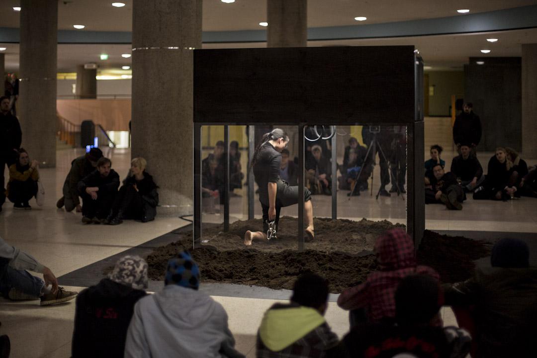 潘岱静的表演「In Service of A Song」在盒子裏进行,觀眾坐在柏林Haus der Kulturen der Welt的地上觀看。