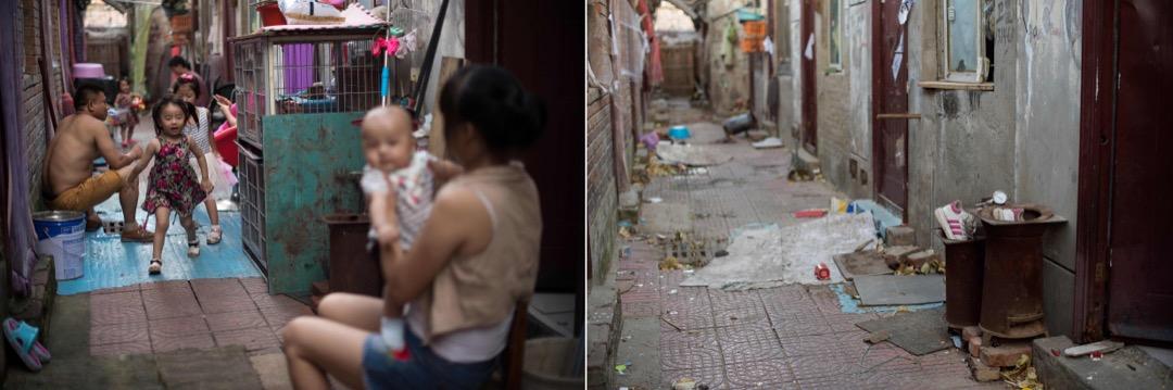 2017年8月17日,一家人坐在自家屋外,小孩在玩耍。