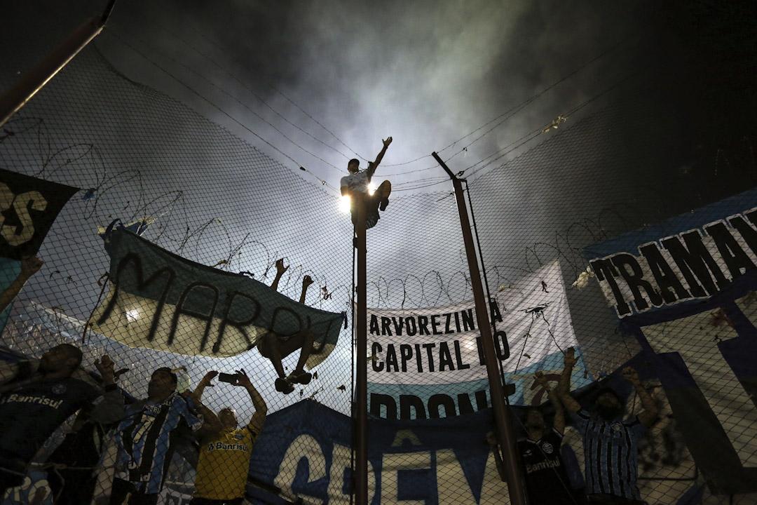 2017年11月29日,格雷米奧隊於阿根廷布宜諾斯艾利斯舉行的南美解放者杯決賽第二回合比賽中以2:1戰勝拉努斯隊,從而以3:1的總比分獲得今年南美解放者杯冠軍,比賽後一名球迷爬上高欄慶祝。