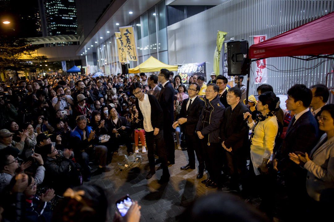 2017年12月13日,立法會繼續進行審議修改議事規則的議案,泛民於星期一發起在立法會外紮營集會,隨著立法會正式審議,集會人數大幅增加,在晚上八時許,近一千人參加集會,逼滿公民廣場外的街道。 攝:林振東/端傳媒