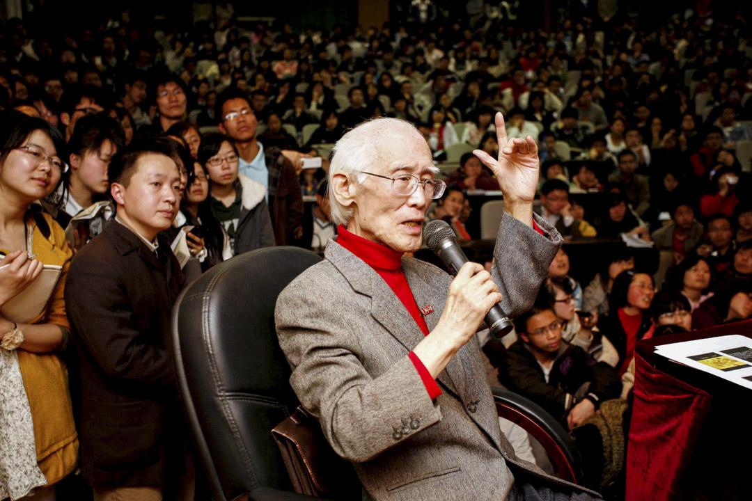 詩人余光中於12月14日病逝於高雄醫學大學附設醫院,享壽89歲。圖為2011年3月31日,余光中在浙大紫金港校區演講。 攝:Imagine China