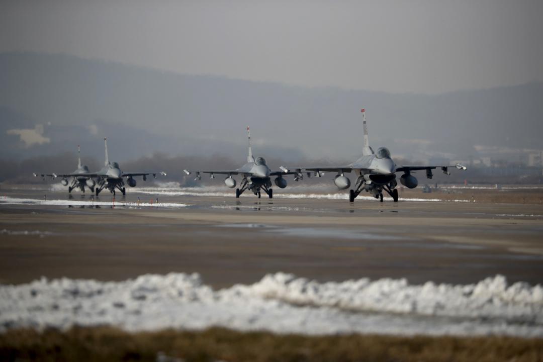 韓美兩國空軍將從12月4日到8日在北韓上空進行代號為「警戒王牌」(Vigilant ACE)的史上最大規模聯合空中演習。參與演習的有來自駐日韓空軍基地超過230架戰鬥機和1.2萬名美軍官兵。