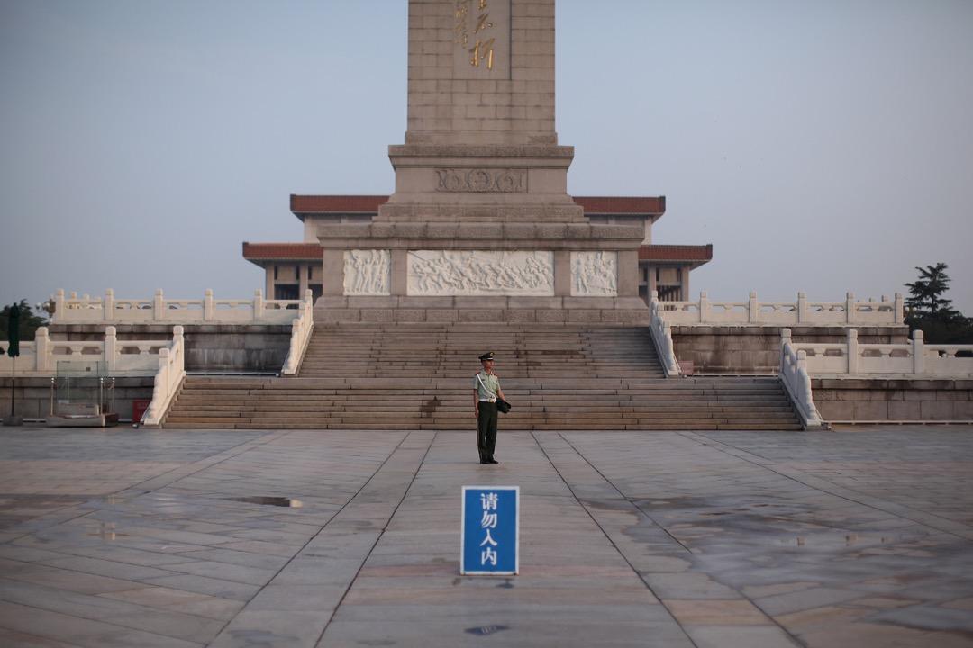 一名警員在北京的人民英雄纪念碑前駐守。 攝:Feng Li/Getty Images
