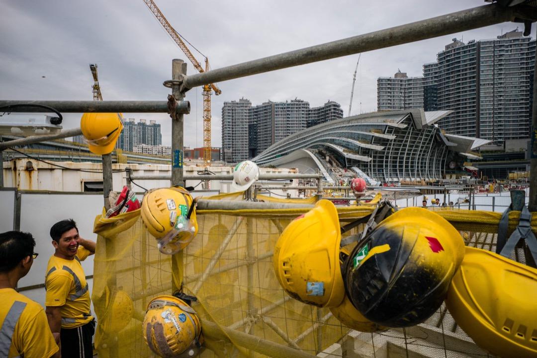 2017年12月28日,由香港民主派人士組成的「一地兩檢關注組」到高鐵西九龍站地盤示威,抗議人大常委會通過決議案。同日晚上,香港大律師公會發表聲明回應「一地兩檢合作安排」,公會表示極度憂慮及遺憾。 攝:Anthony Wallace/AFP/Getty Images