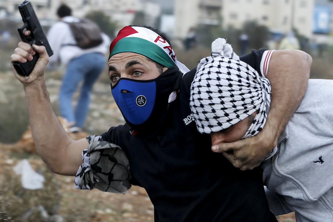 2017年12月13日,在約旦河西岸城市拉姆安拉發生以巴衝突,其中一名以色列秘密警察在衝突中拘捕一名巴勒斯坦示威者。