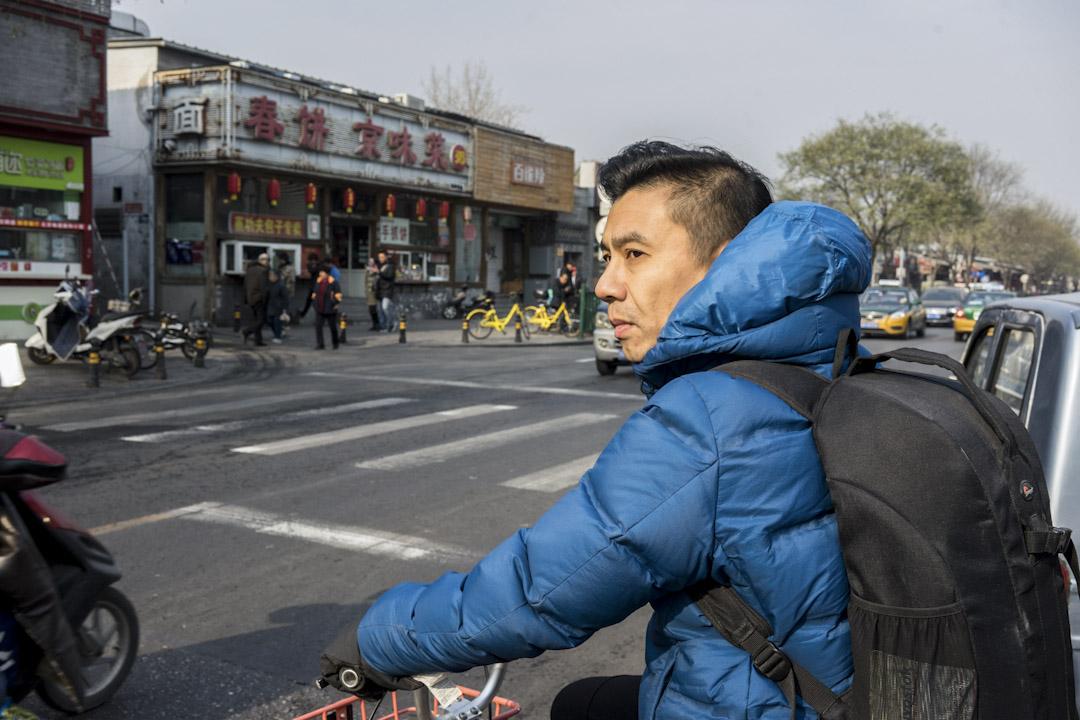 2005年夏天,當時34歲的景泰和妻子放棄香港的工作,帶著八個月大的女兒來到北京,開展一段冒險之旅。