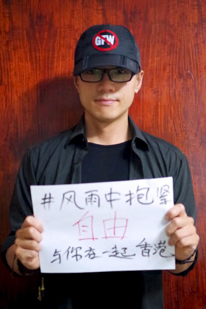 2014年9月28日,香港宣布啟動佔領中環後,甄江華在網上聲援。