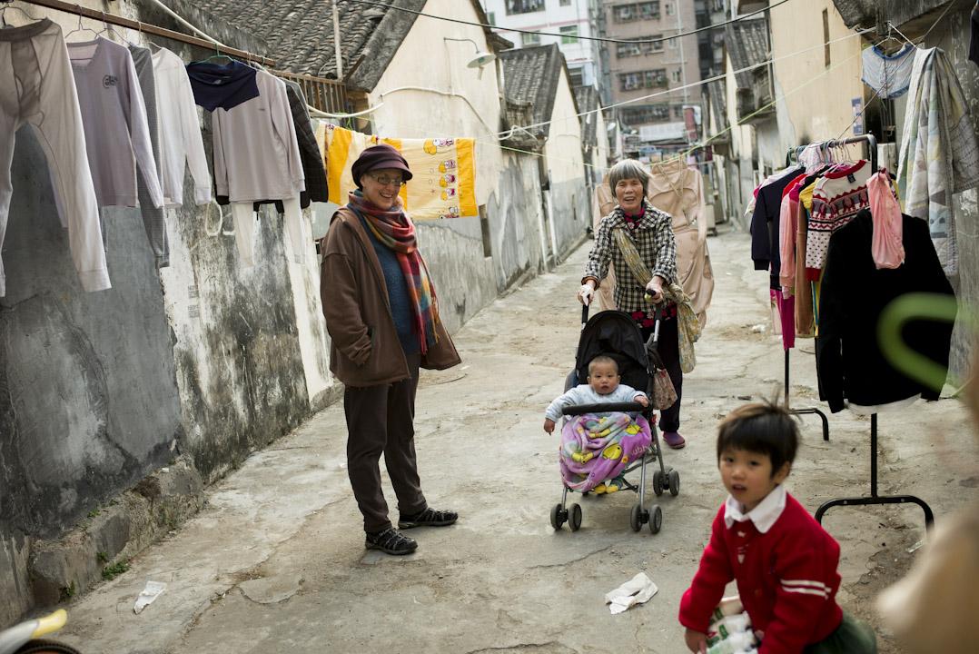 深圳本地媒體非常喜歡報導這位講普通話的外國女人,尤其她還嫁給了一個中國男人。許多報導里稱她是「中國媳婦」、「老深圳」。