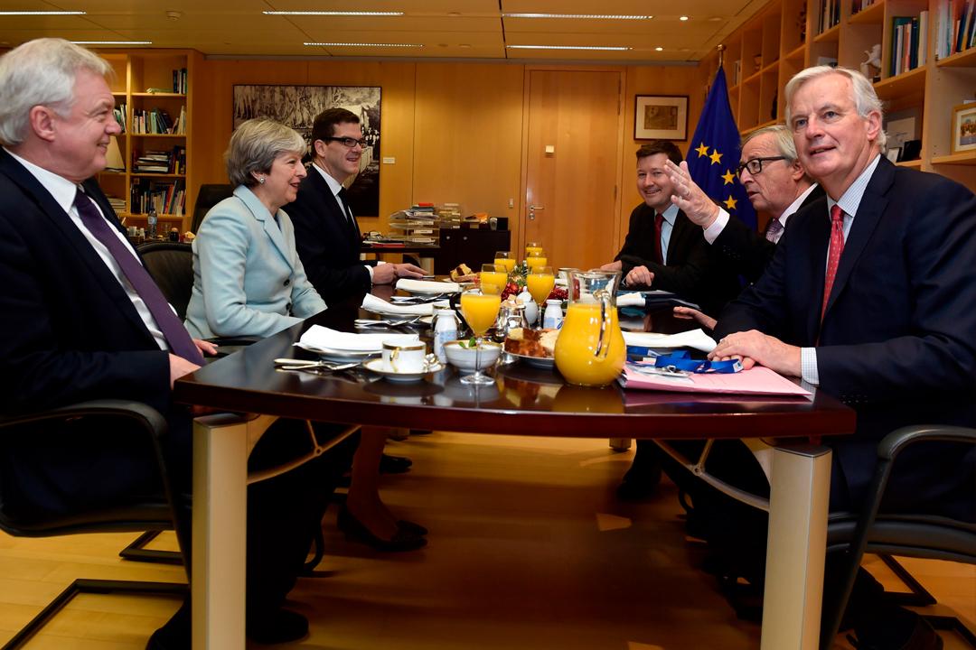 12月8日,英國首相文翠珊(Theresa May)、脫歐事務大臣戴偉德(David Davis)與歐盟委員會主席容克(Jean-Claude Juncker)、歐盟首席談判代表巴尼耶(Michel Barnier)分別代表英國與歐盟進行談判。 攝:Eric Vidal / Getty Images