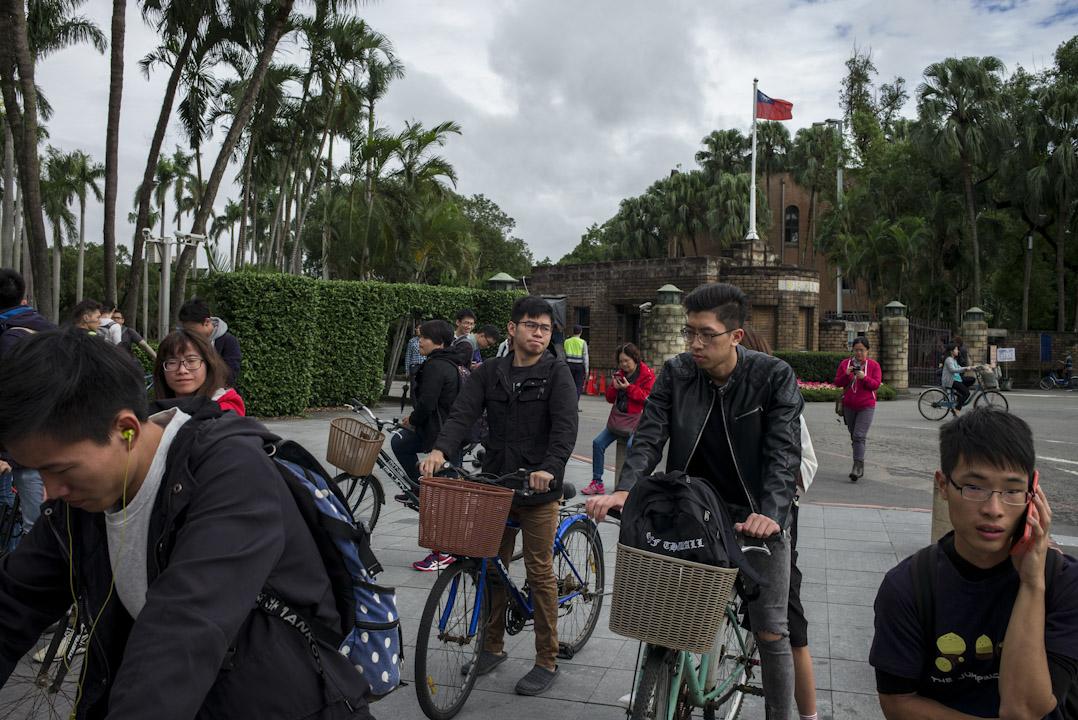 台灣的整個高教制度,一方面在衝國際發表數量在提升硬件,但另一方面,高校內部的制度文化卻又極端保守。 攝:林振東/端傳媒