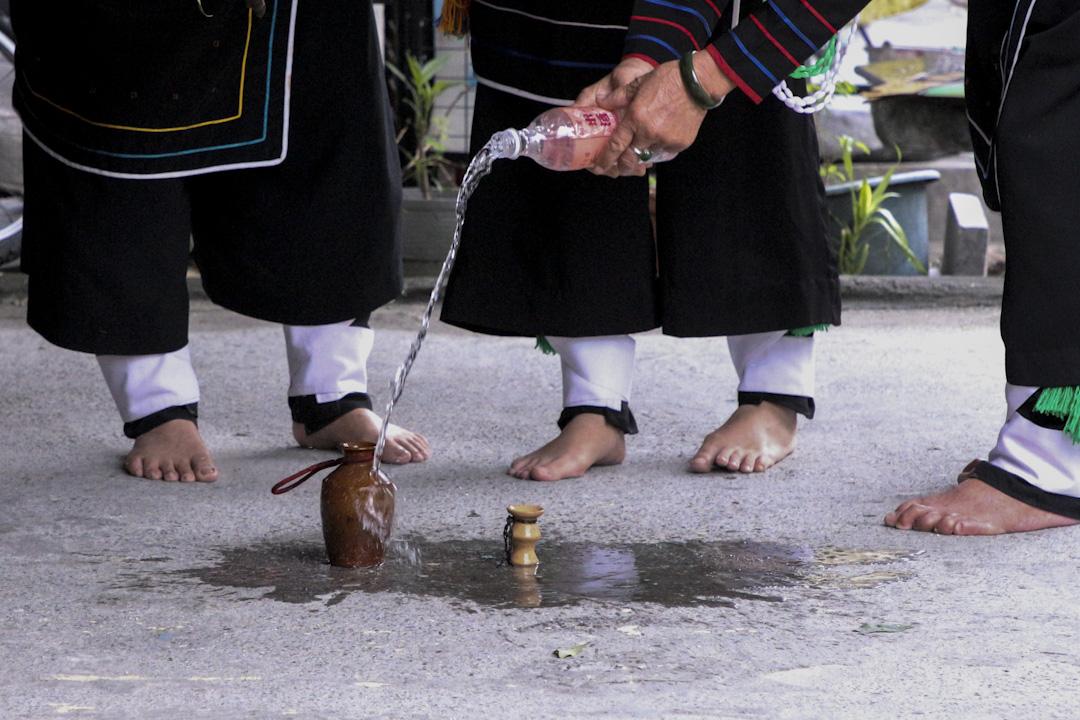 Sikawasy 常要將小米酒倒入祭壺,作為儀式的一部分。