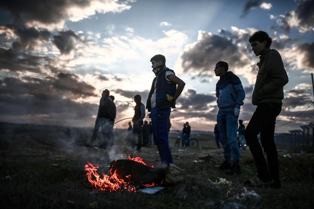 2017年12月7日,加沙市近以色列邊境,有示威者就美國總統特朗普承認耶路撒冷為以色列首都發起抗議行動,期間與以色列保安部隊發生衝突。 攝:Mustafa Hassona/Anadolu Agency/Getty Images