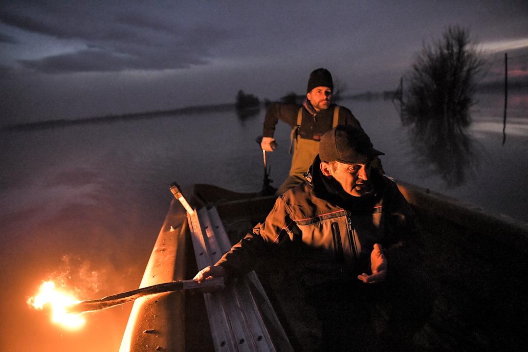 2017年12月12日,意大利北部艾米利亞羅馬涅地區發生暴雨,導致恩扎河氾濫,居民乘船回到被洪水淹沒的小鎮布雷謝洛檢查家園。