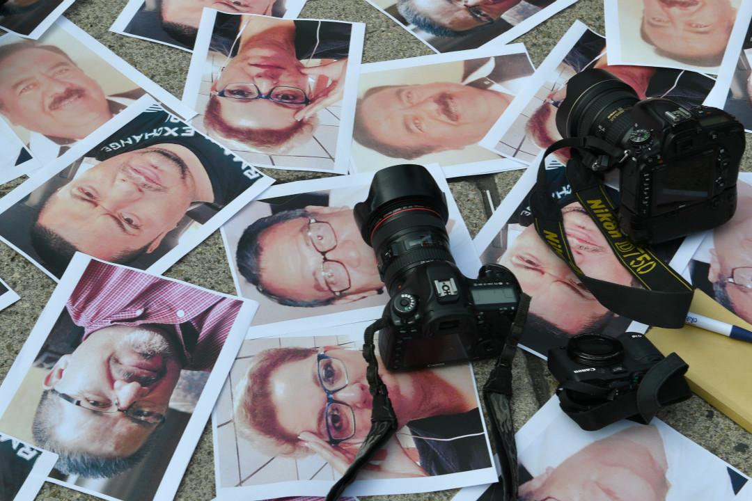 2017年5月16日,墨西哥城,媒體從業者在獨立天使廣場紀念在墨西哥多地遇害的記者。 攝:Yuri Cortez/Getty Images