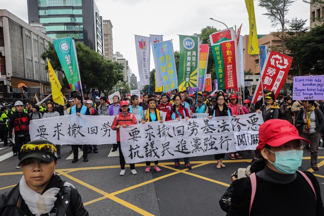 2017年12月4日,台灣立法院通過《勞動基準法》修正案審查,勞工群體拉起橫額在外圍抗議。 攝:張國耀/端傳媒