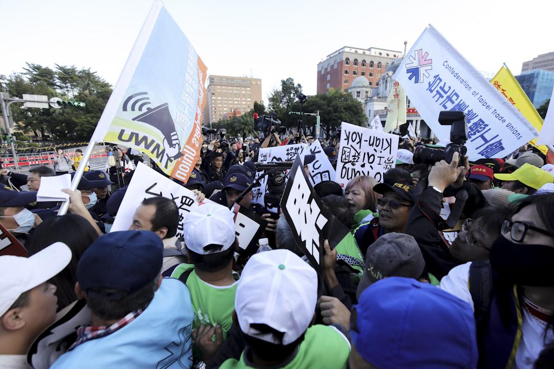 遊行隊伍在行政院外與警方衝突,請願人士與警方發生推撞。