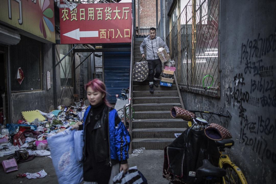 北京朝陽區的一座即將面臨拆遷的公寓,居民都趕忙把家當收拾,在三天限期屆滿前搬離住所。 攝:陳焯輝/端傳媒