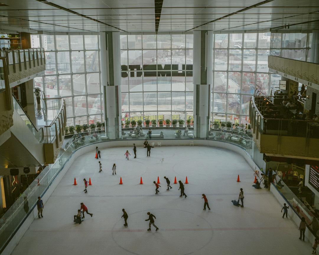 2017年7月,高鐵西九龍總站施工中,旁邊一個商場內的溜冰場。
