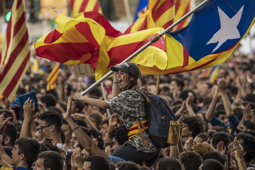 2017年9月28日,西班牙加泰隆尼亞地區城市巴塞隆那,支持獨立公投的學生發起罷課行動,期間有學生揮舞加泰隆尼亞獨立旗。