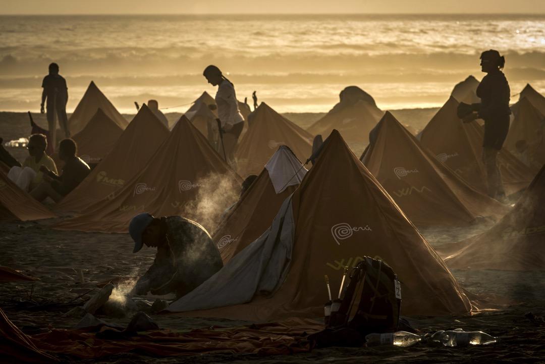 2017年12月2日,秘魯伊卡沙漠進行第一屆「秘魯極限沙漠馬拉松」,參賽者正準備進入第四階段的賽事。