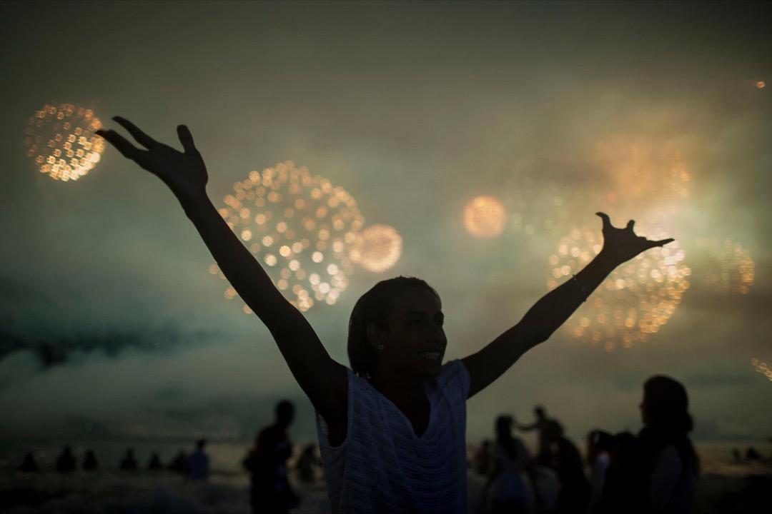 2018年1月1日,民眾在巴西里約熱內盧的科帕卡巴納海灘舉行新年慶祝活動。
