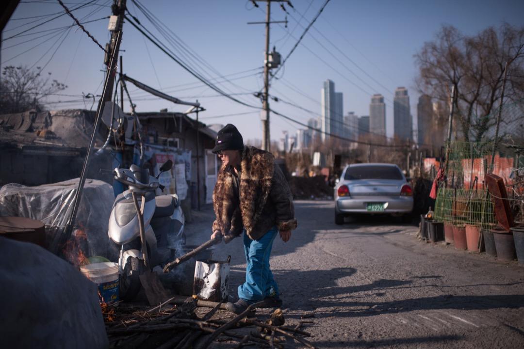 南韓的老人自殺率持續上升,自2009年起,在OECD老人自殺率中,南韓持續六年排名第一。沒有存款、缺少親人援助、經濟狀況不佳、難以找到工作,一些老人難以忍受極度孤獨的折磨,也會選擇輕生。