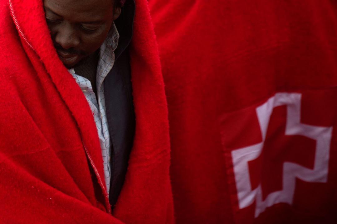 2018年1月13日,西班牙城市馬拉加對出海域,西班牙海岸衛隊從一艘充氣船上救起54名非洲移民,他們用紅十字會提供的毛氈包裹著自己保暖。