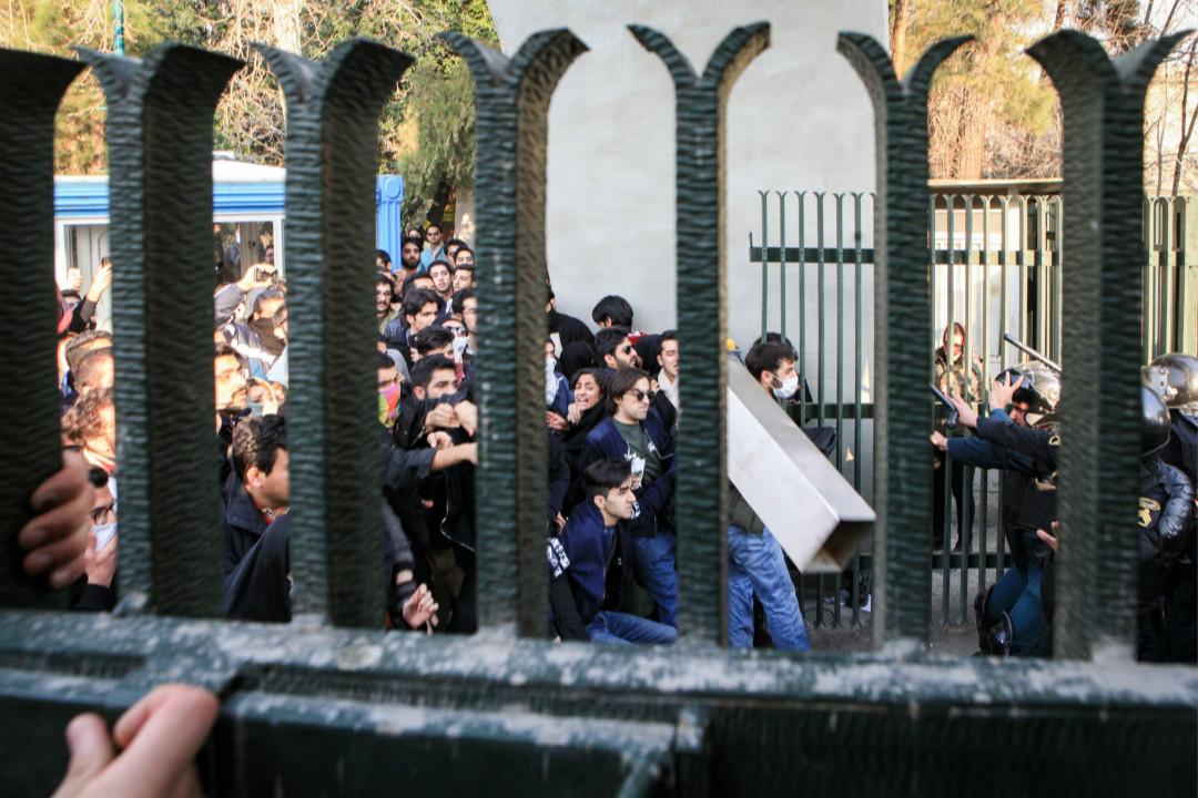 2017年12月30日,伊朗德黑蘭大學學生進行抗議政府示威活動期間,與當地警方發生衝突。 攝:Getty Images