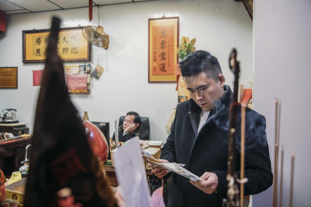 王炳忠時常前往父親王進步(左)主持的板橋玉旨代天府祭拜、問事。
