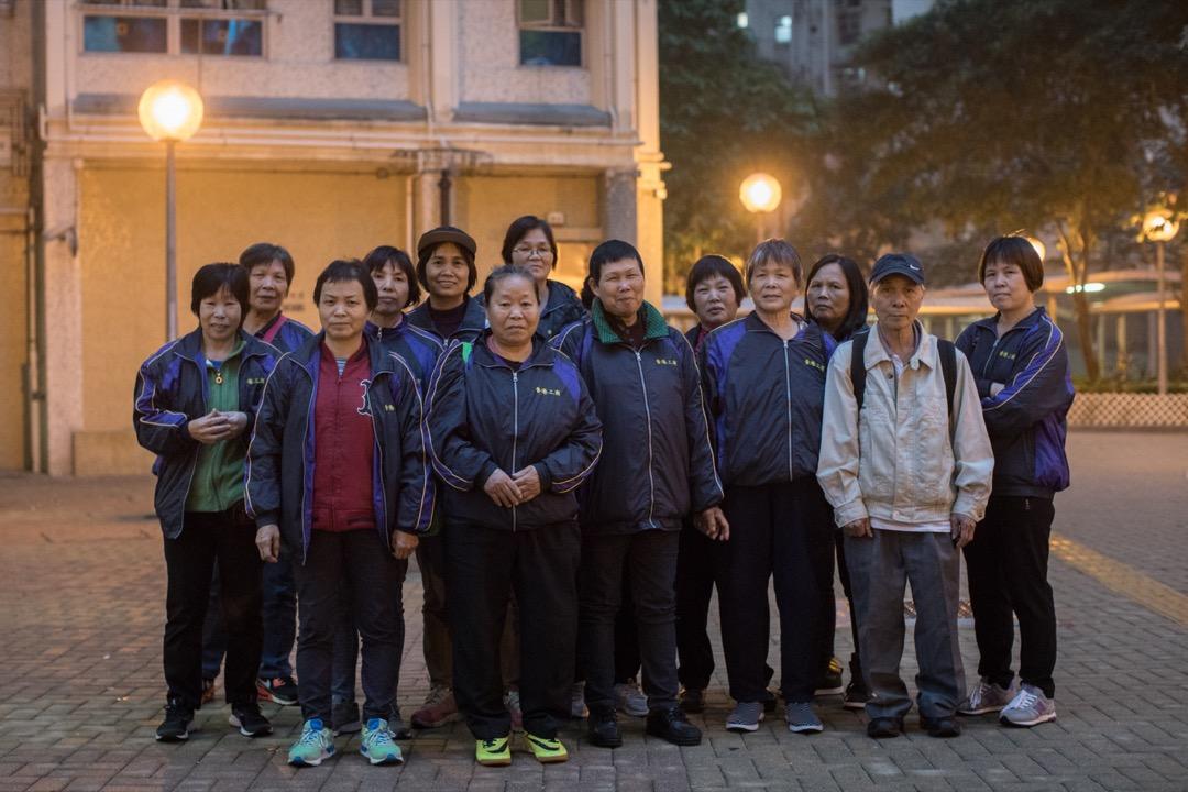 這十天以來,工友們走出垃圾房,步履穿梭於政總、勞工處和房屋署之間,展開了人生第一場罷工。 攝:Stanley Leung/端傳媒