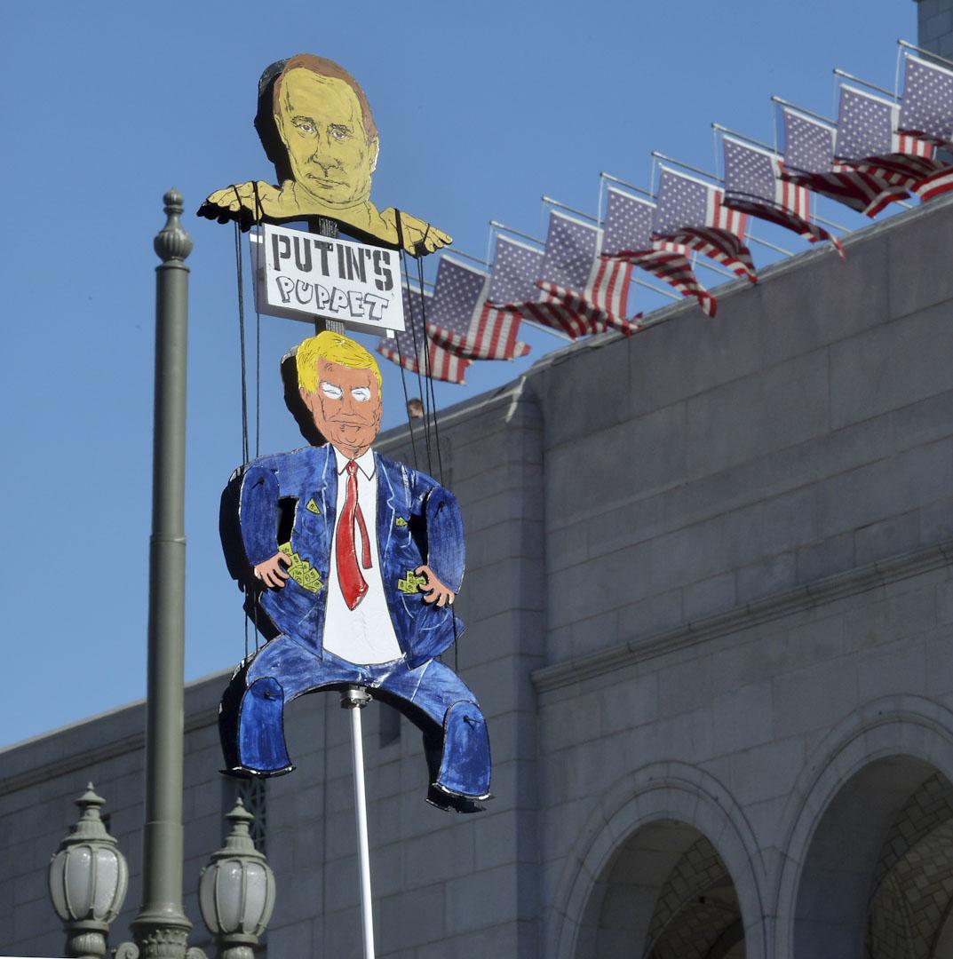 洛杉磯,約350,000人參與2018年度女性大遊行,將對美國總統特朗普的憤怒化成力量喚起民眾對女性議題的關注。其中有參與者自製紙牌諷刺特朗普是俄羅斯總理普京的傀儡。