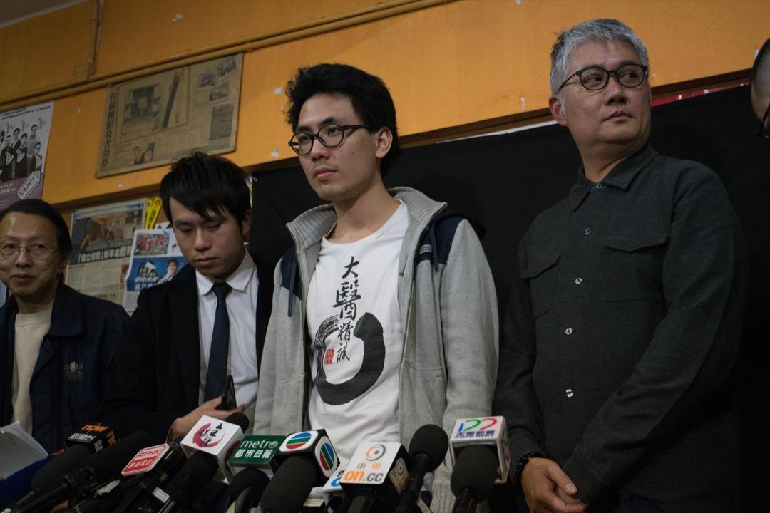 2018年1月25日,浸大校方勒令即時停學的陳樂行聯同多位立法會議員召開記者會。   攝:Stanley Leung/端傳媒