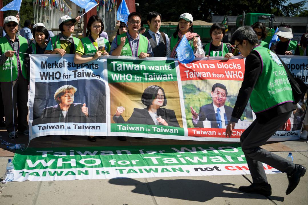 2017年5月22日,世界衛生大會(WHA)在瑞士日內瓦開幕,台灣抗議者在聯合國辦事處外反對大會拒絕台灣參加。 攝:Fabrice Coffrini/Getty Images