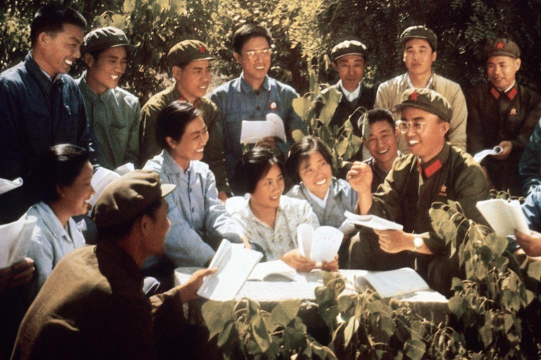 「哎呀我們當時去北京保衞毛主席,聽說有人要害他,我們一腔熱血去北京,看到那些大字報,有些寫得可好了,可不是政治口號那麼簡單,我們都拿出筆來抄,」說起紅衞兵歲月,阿姨眼睛裏泛着光。圖為年輕人向紅衛兵學習《毛語錄》。 攝:STR/AFP/Getty Images