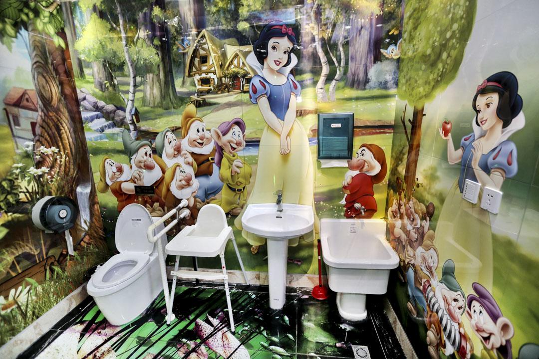 中國江蘇南通洲際綠博園的洗手間,牆上有白雪公主和七個小矮人的圖畫作為裝飾。 攝:Imagine China