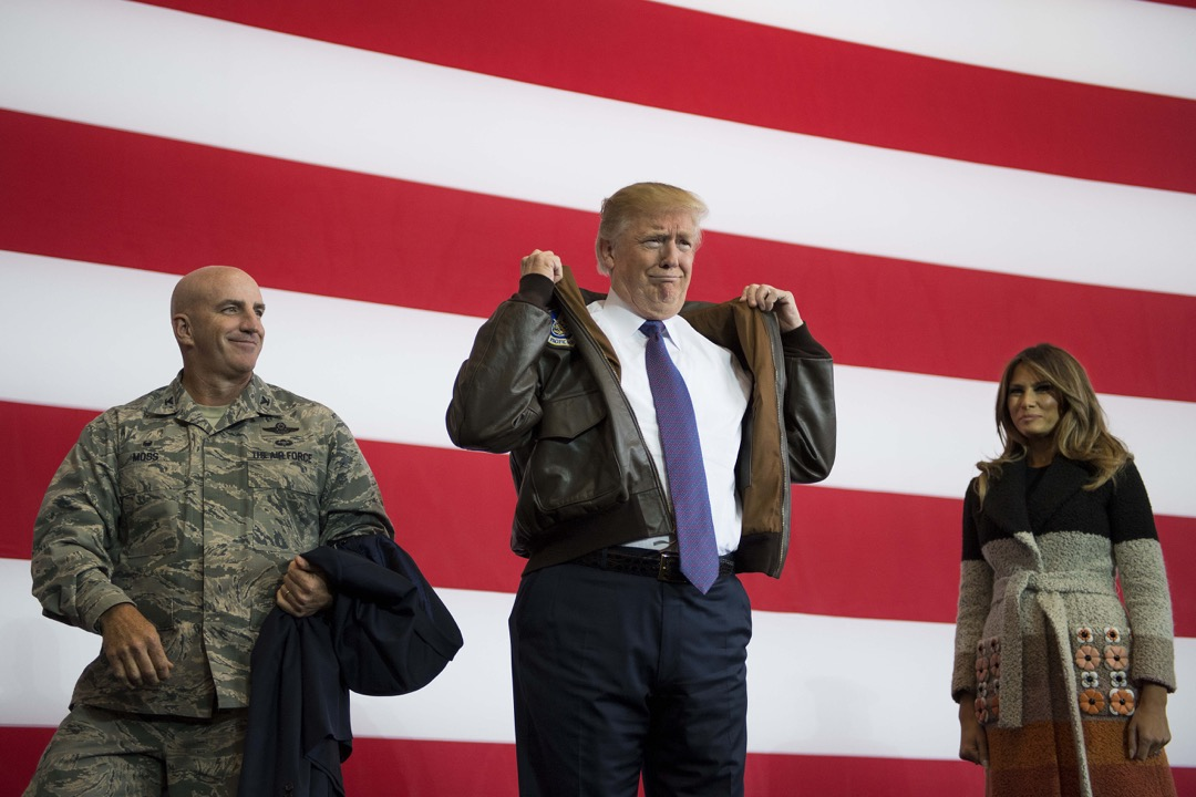 這是新時代美國全球政治與外交政策的啟動時刻,是特朗普主義——即體現和包含特朗普觀念、目標與風格的國際政治政策體系——開始登上歷史舞台的標誌。圖為2017年11月5日,特朗普到訪在日本東京的橫田空軍基地向當地美軍發表講話。 攝:Jim Watson/AFP/Getty Images