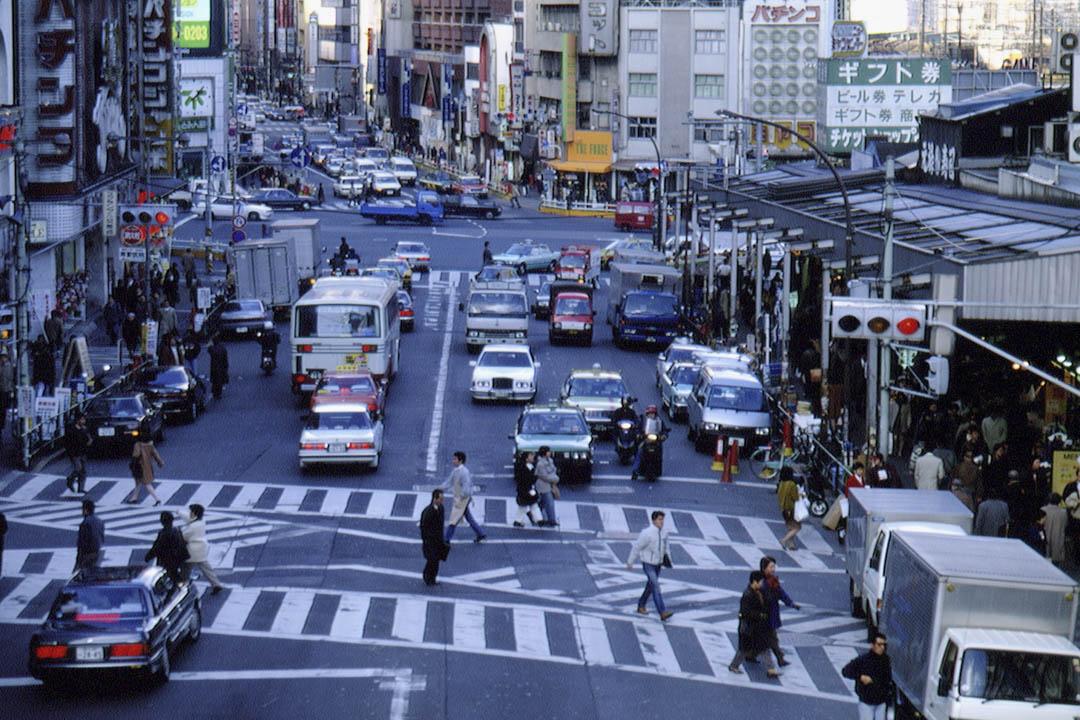 90年代是日本發展的黃金時代,打一小時零工能掙1000日元(約60元人民幣),一天的收入已經趕上福建老家普通人一個月的薪水。圖為1994年的日本東京。