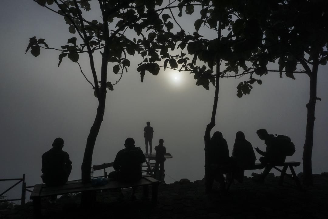 2018年1月1日,印尼城市日惹,人們到 Bukit Panguk Kediwung 山上看2018年第一個日出。