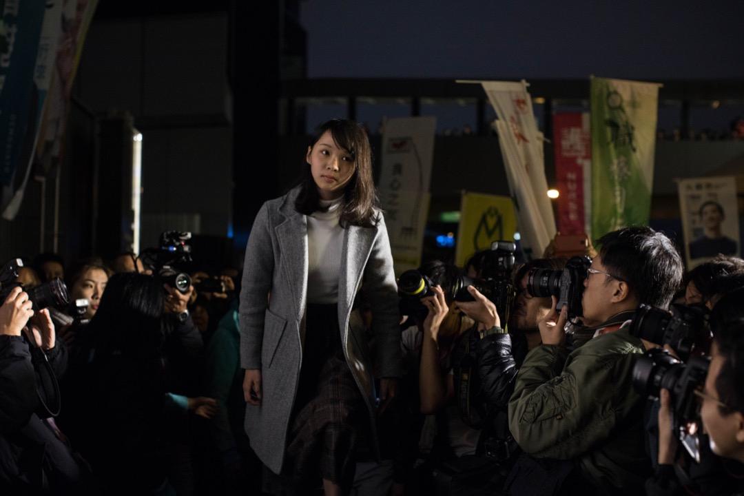 2018年1月28日,周庭和姚松炎競選團隊在公民廣場外舉行「香港人要 Plan A」集會,支持仍待當局確認參選資格的姚松炎和被取消參選資格的周庭。周庭在集會中上台發言。 攝:Stanley Leung/端傳媒