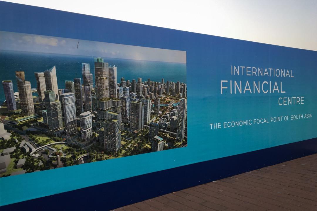 中國國企將在可倫坡港旁邊的砂地上,以填海的方式,創造一個269公頃的海濱金融娛樂生活特區,名之曰「可倫坡港口城」(Port City Colombo)。
