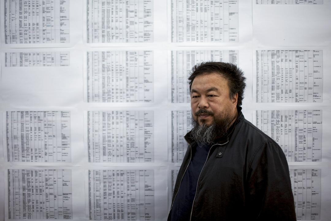 2009年5月6日,艾未未在中國北京的工作室,背景是2008年四川大地震遇難的學生名單。