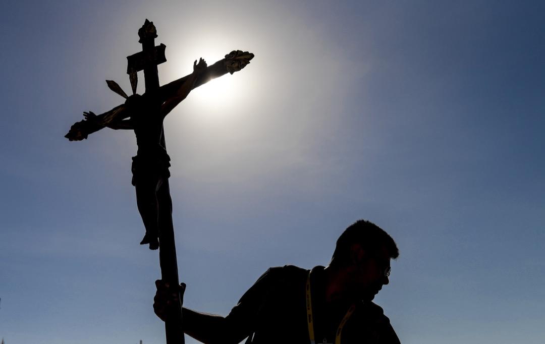 2018年1月17日,教宗方濟各到訪智利。在智利城市伊基克,一名工人拿著十字架在教宗即將舉行彌撒的台上做準備。