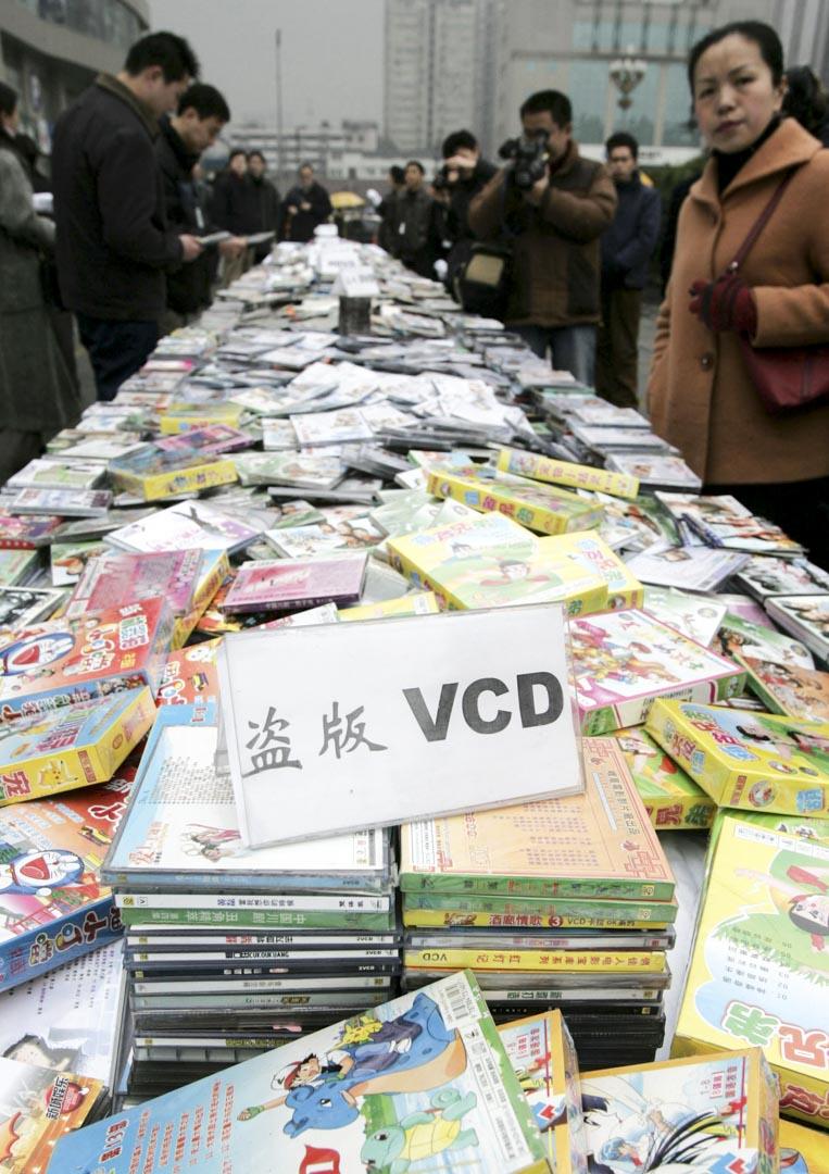 九十年代開始,隨着盜版VCD和DVD的流行,外國電影大部分都唾手可得,內參片也就不顯那麼資源稀缺了。