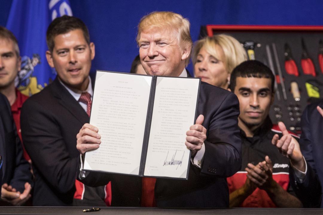 2017年4月18日,也就是新一年「H-1B」簽證收件結束的11天後,上任88天的美國總統特朗普在威斯康辛州的一間工具制造廠裏簽署了「買美國貨,招美國人:美國工人優先」的行政命令。