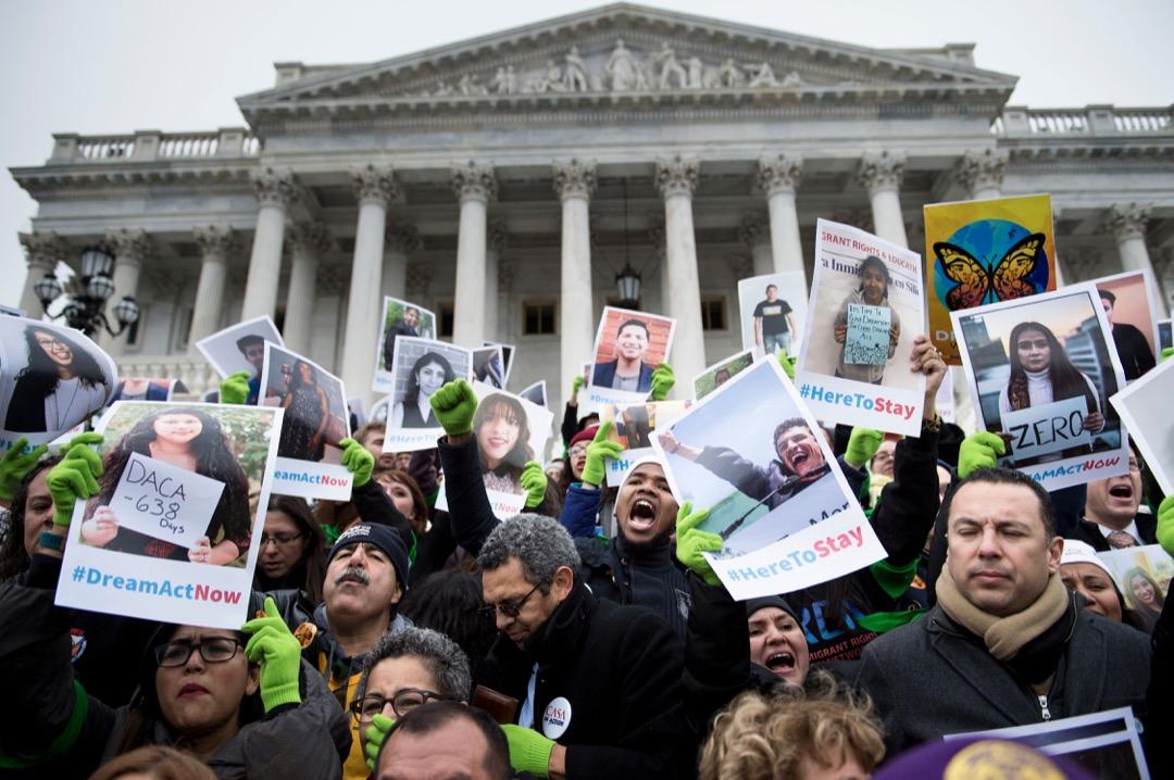 究竟什麼樣的人,才有「資格」留在美國?移民改革對於近年來的歷任總統都極為重要,但對特朗普而言在現階段則至為政改核心。圖為2017年12月6日,多名市民到國會前抗議特朗普政府停止DACA計劃的決定。